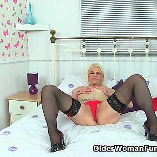 English milf Skyler dildos her shaven fanny
