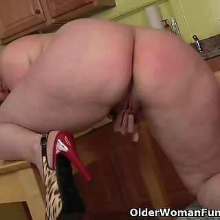 bodacious milf takes a onanism break from housework