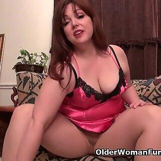 American mom Jewels satisfies her craving pussy