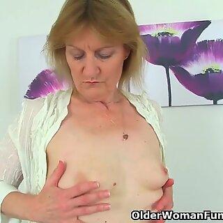 Britanic Milf Clare Cream Se Dezbraca off și se bucură de vibratorul ei