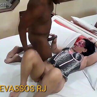 Chris Devassa namorando com o comedor no hotel